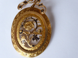 Zlatý prořezávaný medailon, brož, s květy a černým emailem (3).JPG