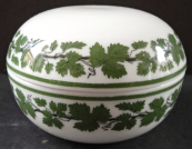 Round small box with wine leaf - Meissen