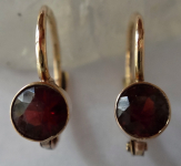 Gold small earrings, with garnets