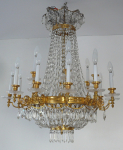 Luxurious chandelier made of gilded bronze, with cut pendants