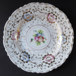 Plate with gilded ornament and flowers - Klösterle