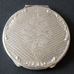 Silver round powder box, engraved with a diamond