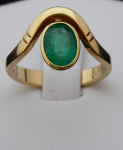 Gold ring, with ripple and oval emerald