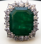 White gold ring, 2.50 ct diamonds and a large emerald