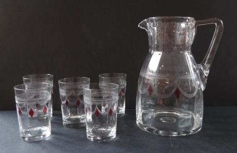 Džbán s pěti skleničkami a červenými kosočtverci (1).JPG