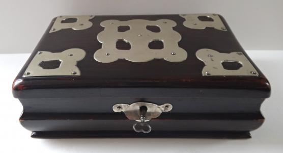 Krabička zdobená kovovými plíšky (1).JPG