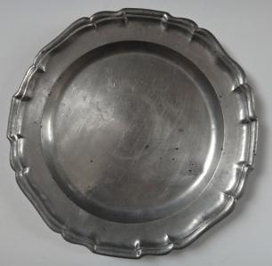 Cínový talíř se zdobeným lemem (1).JPG