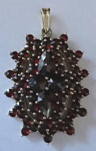 Zlacený stříbrný přívěsek, s většími a menšími granáty (1).JPG