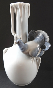 Váza s okrasným holubem - Ilmenau, Metzler & Ortloff (1).JPG