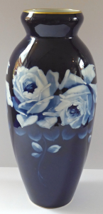 Kobaltová porcelánová váza, s růžemi - Dubí ( Eichwald ) (1).JPG