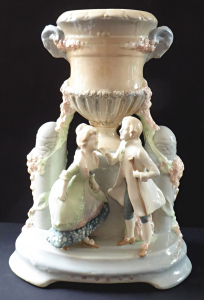 Galantní pár s vázou a růžemi (1).JPG